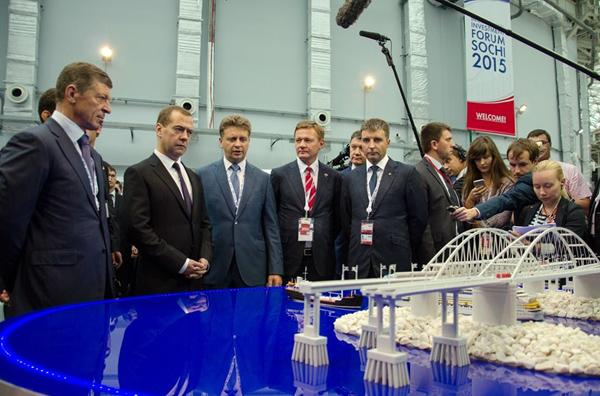 Медведев осматривает презентацию Керченского моста