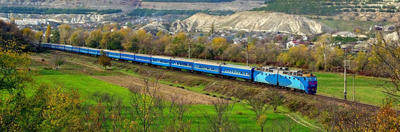 едит поезд по Крыму