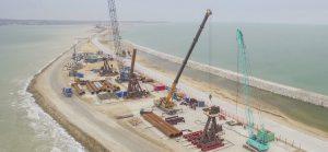 Началось возведение судоходной части Керченского моста.