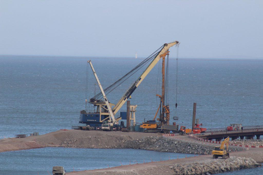 Первая опора моста в Крыму залита строителями бетоном.