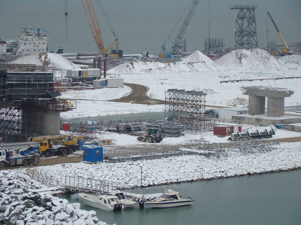 Сроки введения в эксплуатацию Крымского моста назначены, а подрядчик на строительство железнодорожных подходов к нему все еще не найден