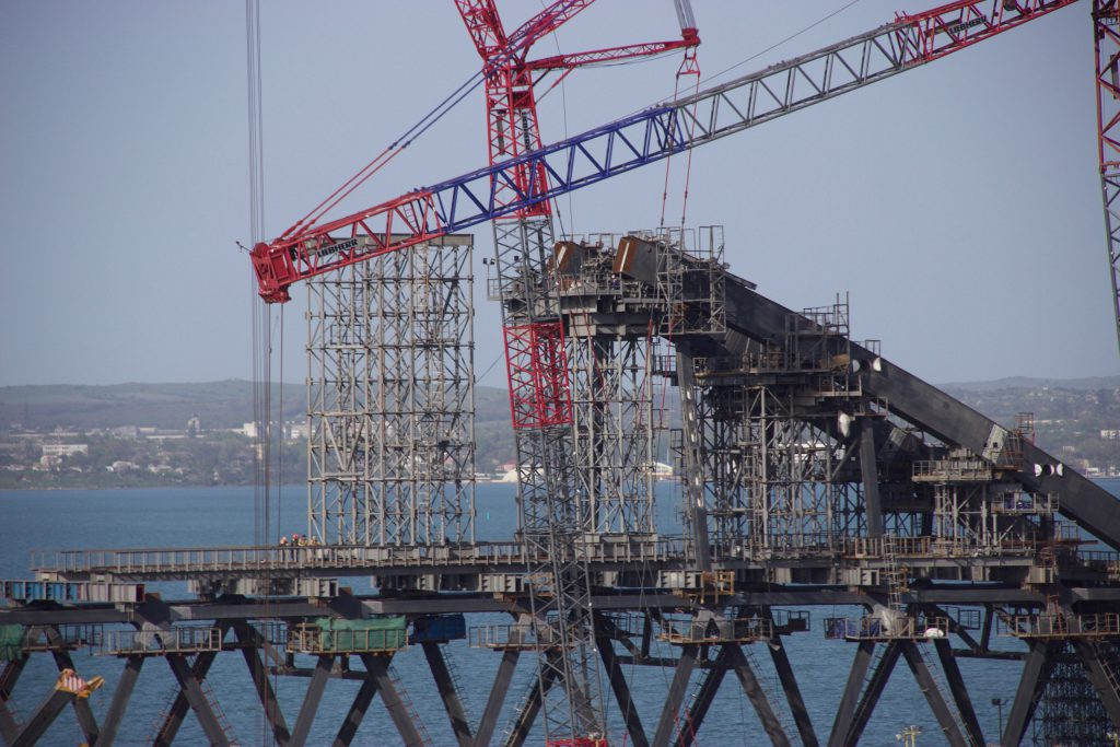 На Крымском полуострове соорудили свыше 50% опорных конструкций Керченской переправы