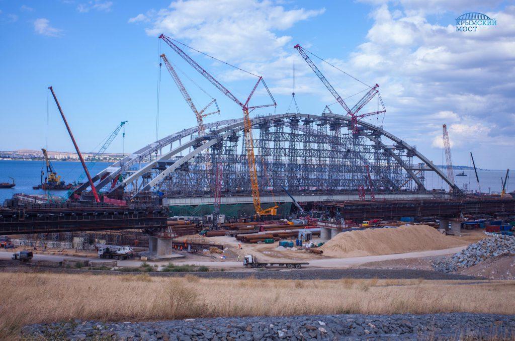 Закончен сбор арки автомобильного моста в Крыму