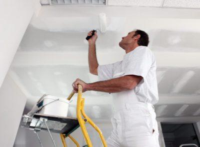 Как правильно окрашивать потолок?